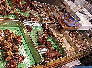 貝の店とか、エビの店とか、狭い範囲の専門店がたくさんある。