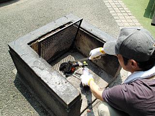 西村さんのアウトドア魂と炭に火を付けることが私の仕事。