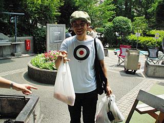 この日が初対面の伊藤さん。なにやら怪しいビニール袋を持って登場。