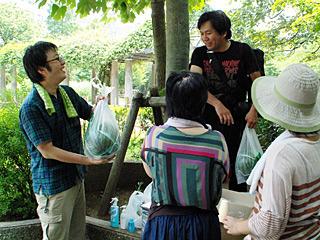「肉とか魚だとかぶるから」と、スイカを2玉持ってきたライターの北村さん。