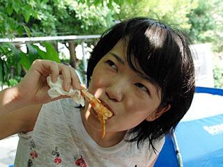 やっぱり恵比寿顔でエビを食べる小堺さん。