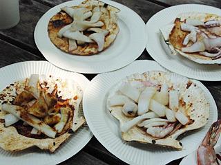 イカはホタテの殻に乗せて、取っておいたホタテバター汁で焼くという贅沢。