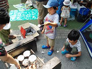 そしてマシュマロを焼く子供達。
