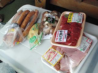 さらにバーベキューというよりも、奥さんに買い物を頼まれた感のある食材が出てきた。