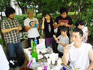 ここで西村さんのご友人が差し入れしてくれたアイスが大好評。料理はタイミングだ。