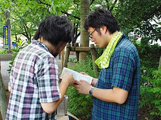 古い地図を取りだして、昔ここが川だったことを確認する三土さんと西村さん。本物だ。