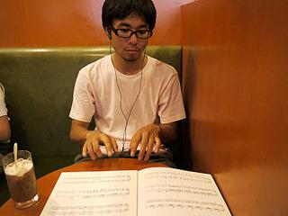 ピアノが弾けるように見える写真。実際は音符すら読めない