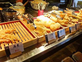 並ぶ天ぷらは300円で食べ放題