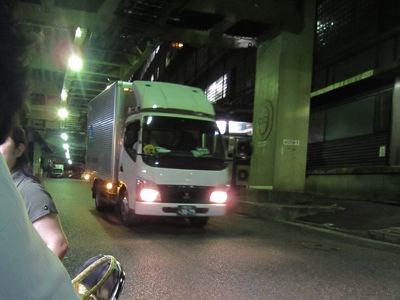 飲んでいると後ろを、配送のトラックが走っていく。時間が深くなればなるほど、いっぱいトラックが走るんだろうな。新聞社だし。