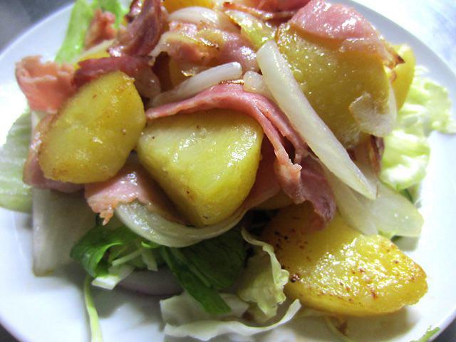 ジャーマンポテト。サラダの上に、炒めたジャーマンポテトが乗ってて、2度美味しい構造。