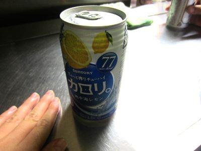 ビールとチューハイは缶でサーブされます、他にコップ酒のメニューがあるようでしたが、よく分からなかったので頼まず。