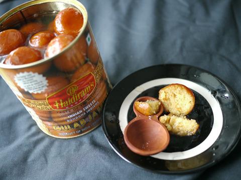 対してこちら。世界一甘いと言われるインドのグラブジャムン。ドーナツのシロップ漬け。