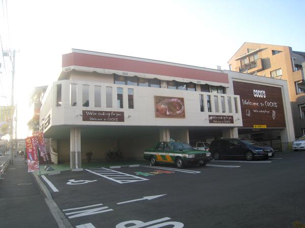 バルコニーの側面に掲げる。ここが天安門広場だとしたらハンバーグは毛沢東という位置づけである。世田谷弦巻店