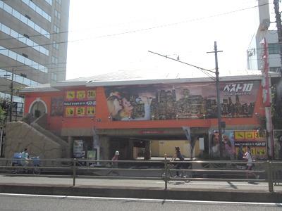 立会川店の近くには、外国人のみなさんが歌いまくっている外装のカラオケ店ならあった
