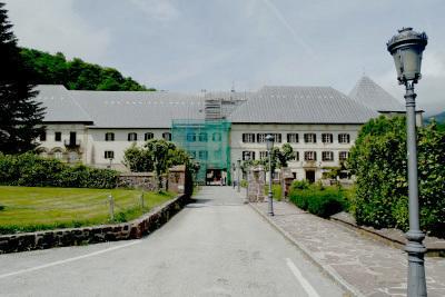 山の麓にポツンと存在するロンセスバージェスの修道院