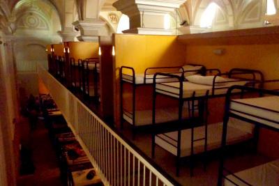 大部屋に二段ベッドが並べられているのが一般的(噂によると三段ベッドの宿もあるらしい)
