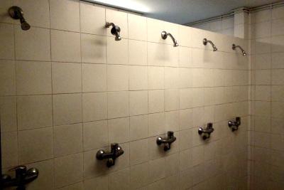 こういうシャワー、中学校のプール以来だ
