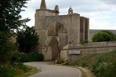 巡礼路は廃墟教会のアーチをくぐって先へと続く