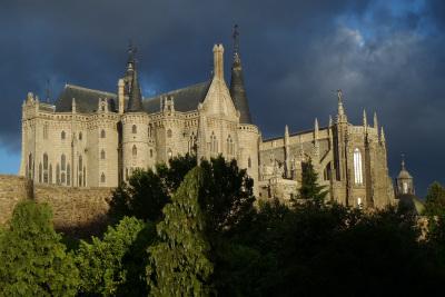 雲のせいで魔王の城みたいだが、左の建物が司教館