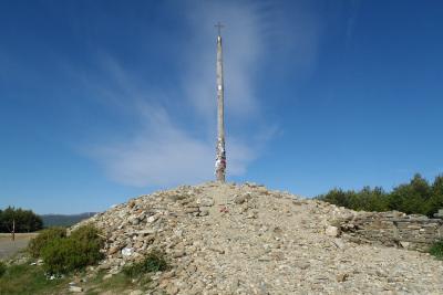 小石の山の上に「鉄の十字架」がそびえ立つ