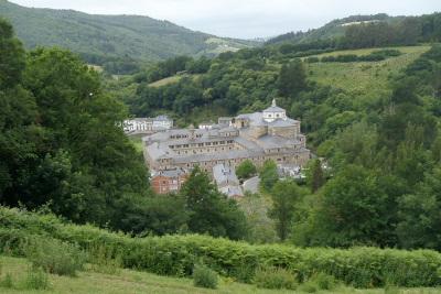 山の中の巨大な修道院を眺めながら行く