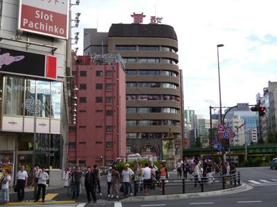 いわゆるアキバなストリートの逆側にある万世のビル。