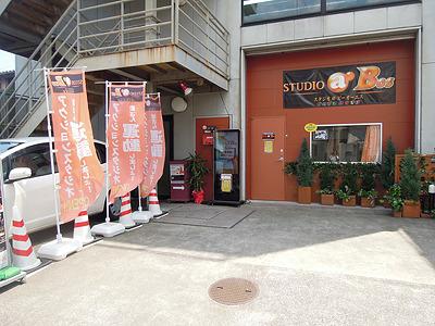 オレンジ色の入り口が目印。以前、大坪さんが取材したエクストリームマーシャルアーツの教室などもある。
