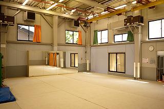 弾力のある素材が敷き詰められた広いスタジオ内。天井にはプロの方のワイヤーアクション練習用なのかウインチも見える。