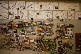 スタジオの壁に張られていたサインや写真。見る人が見たら興奮間違いなしの多数のヒーローがさりげなく貼られています。