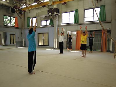 腕を前から上にあげて大きく背伸びの運動・・と、緩くラジオ体操をしている訳ではない。バック転をする際に飛び上がるイメージ。