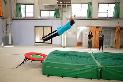 先生の高い跳躍。まっすぐ斜め後ろに飛び出すのがポイント。