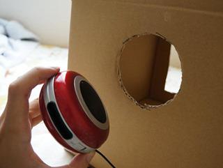 穴を開けてそこにスピーカーをはめる。