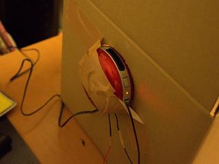 スピーカーの接着は安心のガムテープ。