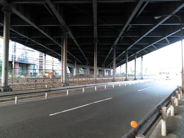 跨線橋がある街に悪いやつはいない。この雰囲気、好みだ。