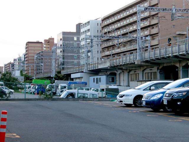 線路の向こうのとりすましっぷりがすごい。無理してないか、新横浜。
