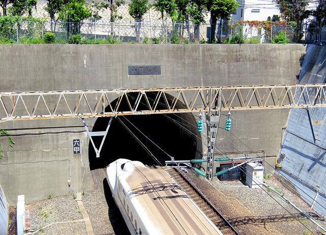 新大阪方面、ホームをすぐ出てトンネルへ。