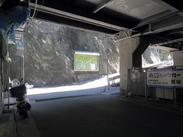 新幹線ホームの下を抜けると、正面になにやら看板が。