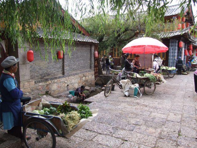 中国の世界遺産麗江。街の至る所で小川が流れる水辺の街。  中国の端のほうで行くにはなかなか難しいがとても綺麗な街。