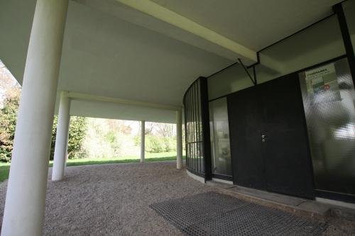 広く取られた玄関前のピロティ