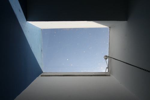 上部の光は照明ではなく天窓から取り入れた日光である