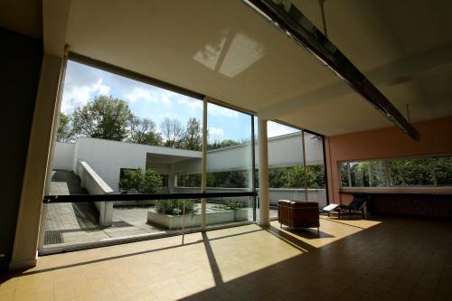 そして壁一面のガラス窓