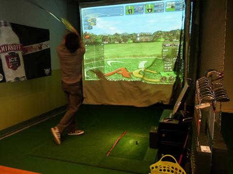 普通のゴルフボールは音も飛距離も肩たたき器を上回る。