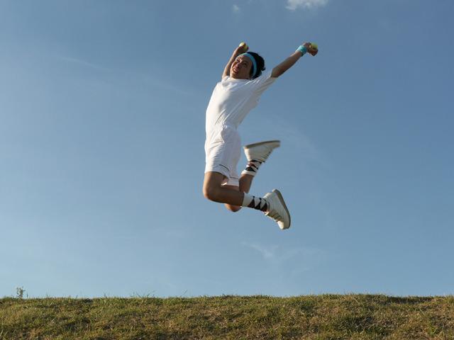 両手にボールを持って飛ぶ男……これはテニスではない、奇行だ!