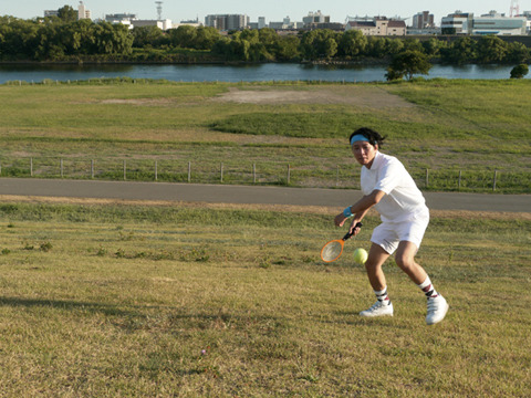 カメラマンが投げたテニスボールを今電撃蚊取りラケットが……