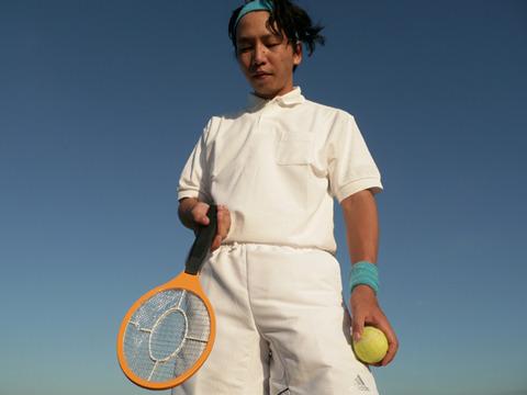 ひしゃげた。これはテニスラケットじゃない。