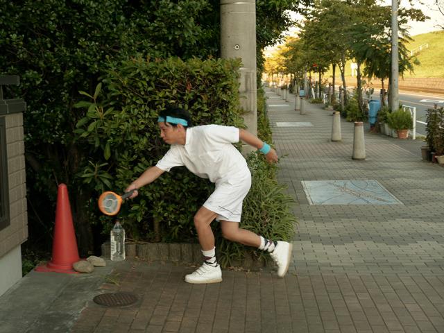 住宅街で少し小さめのラケットを振る男……これはテニスではない、殺虫だ!