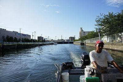 横浜は磯子から出る船に乗る。赤い帽子の方は船長。この写真だと怖く見えるけど実際はとても優しいナイスガイ。