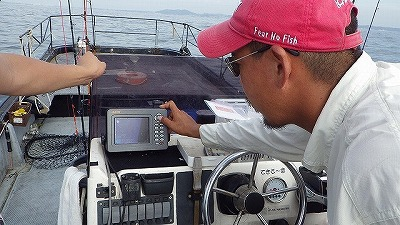 魚群探知機などを使いながら釣り場を慎重に選定していく。