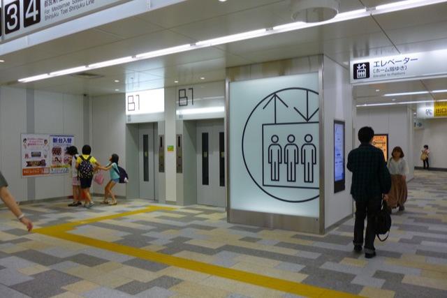 まるで空港か美術館かというモダンさ(京王線調布駅)