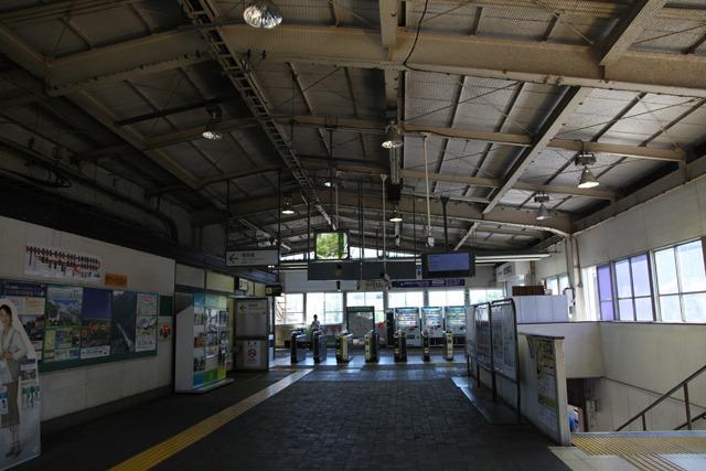 高い天井にむき出しの柱や梁、昼間でもどこか薄暗い雰囲気(北府中駅)